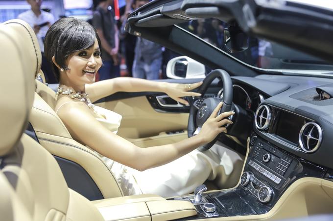 Hoa hậu HHen Niê khám phá khoan lái sang trọng và đẳng cấp của xe SL