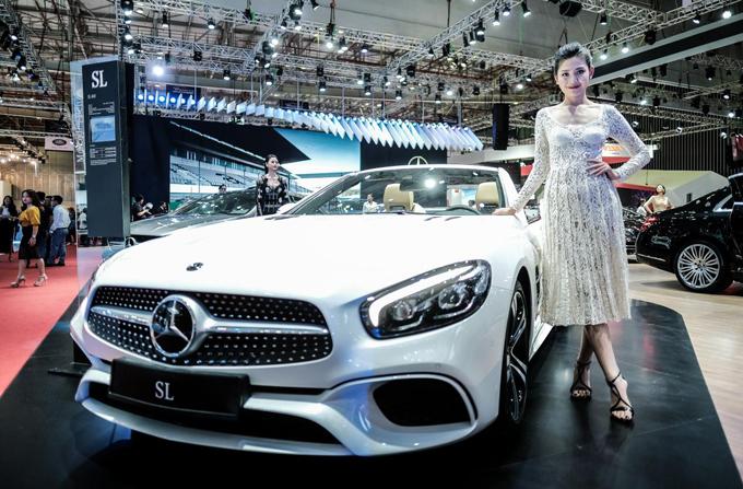 Cùng với hoa hậu HHen Niê, Á quân The Face 2016 - Chúng Huyền Thanh xuất hiện cực kỳ xinh đẹp bên dòng xe SL mui trần của Mercedes-Benz