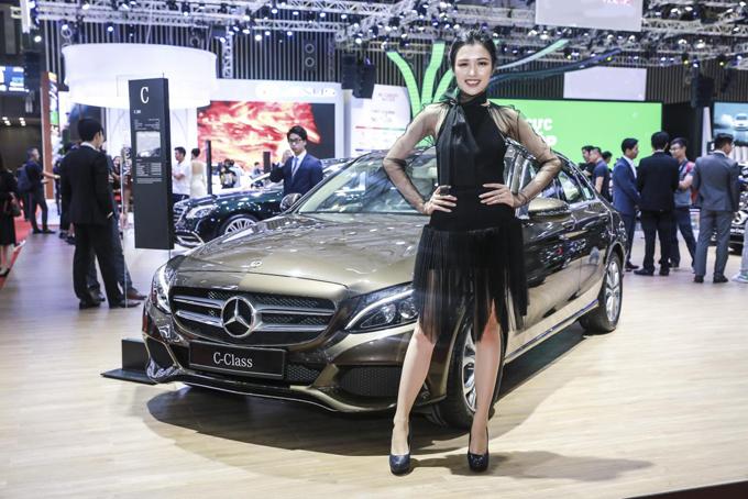Người mẫu bên dòng xe C-Class - mẫu sedan hạng sang bán chạy nhất và chiếm được nhiều cảm tình của khách hàng.