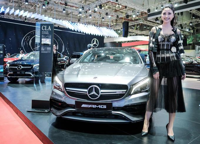 Những người mẫu trong trang phục của nhà thiết kế Lâm Gia Khang đã góp phần tô điểm thêm cho những chiếc ô tô sang trọng, tinh tế