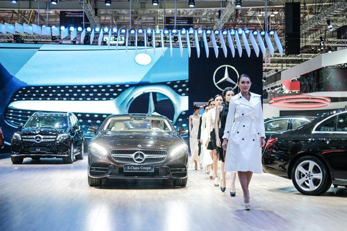 Tham gia triển lãm năm nay Mercedes-Benz Việt Nam (MBV) sở hữu gian hàng được xem là lớn nhất tại triển lãm ô tô Việt Nam 2018 (VMS 2018) với diện tích gần 1,000 mét vuông. Tọa lạc ngay tại trung tâm, có bề rộng và dài lần lượt lên đến 18 và 52 mét, gian hàng giúp khách tham quan dễ dàng tiếp cận và thưởng lãm từ cả 4 cổng của Trung tâm Hội chợ và Triển lãm Sài Gòn (SECC). Triển lãm Ô tô Việt Nam lần thứ 14 diễn ra từ ngày 24 đến 28/10/2018 tại Trung tâm Hội chợ và Triển lãm Sài Gòn (SECC).