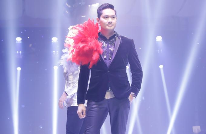 Minh Luân nổi bật với bộ vest đính lông vũ màu đỏ.