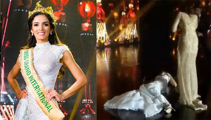 Người đẹp Paraguay, Clara Sosa, vừa gây sốc trong đêm chung kết Miss Grand International 2018 khingất xỉu trong khoảnh khắc được xướng tên. Á hậu 1 người Ấn Độ đứng cạnh hốt hoảng không biết xử lý ra sao. Nhiều nhân viên đã chạy lên sơ cứu cho tân hoa hậu và vài phút sau, cô mới hồi tỉnh.