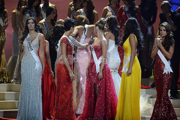 Một hoa hậu khác của Puerto Rico gặp tai nạn vì kiệt sức trên sân khấu Miss Universe là Gabriela Berrios. Năm 2014, trong khi đứng chờ đương kim hoa hậu phát biểu về một năm đảm nhiệm sứ mệnh, Gabriela đã bị chóng mặt và ngã khuỵu. May mắn, cô được các thí sinh đứng bên đỡ tay và sau đó được nhân viên dìu vào cánh gà. Chiếc váy bó sát cộng với sự căng thẳng và mệt mỏi được cho là nguyên nhân khiến người đẹp bị tụt huyết áp. Năm đó, người đẹp Colombia (bên trái) đăng quang Hoa hậu Hoàn vũ.