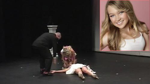 Tại cuộc thi Miss Teen Minnesota ở Mỹ, thí sinh 16 tuổi Hannah Enge đang trả lời phỏng vấn bỗng ngã ngửa ra phía sau và bất tỉnh. Hannah vốn có tiền sử bị co giật từ vài năm trước và sự căng thẳng khi dự thi đã khiến cô bị ngất.