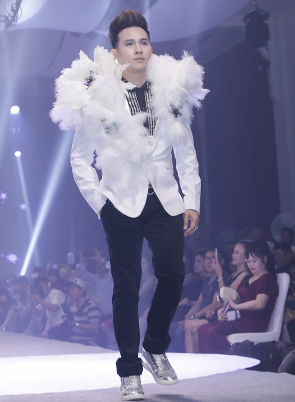 Nguyên Vũ làm vedette trên sàn diễn. Sự kiện Vietnam Business Fashion Week do nam ca sĩ kết hợp cùng một số đơn vị tổ chức, nhân kỷ niệm 14 năm ngày Doanh nhân Việt Nam.