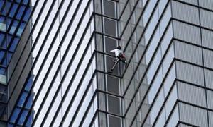 'Người nhện' Pháp bị bắt vì leo nhà 46 tầng ở Anh