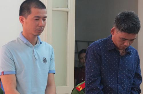 Hai bị cáo Hiệp và Thiên (từ trái qua) tại phiên tòa sơ thẩm.
