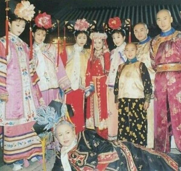 Vương Diễm (thứ hai từ trái qua)cùng các diễn viên trong đoàn Hoàn Châu Cách cách chụp ảnh lưu niệm ở hậu trường.