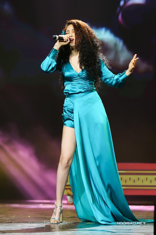 Bảo Anh diện váy ngắn, choàng thêm tà váy bên ngoài trên sân khấu một chương trình âm nhạc Việt - Hàn vào tối 26/10. Tuy nhiên, chất liệu dễ nhăn nhúm của chiếc váy khiến nữ ca sĩ mất điểm về phong cách thời trang.