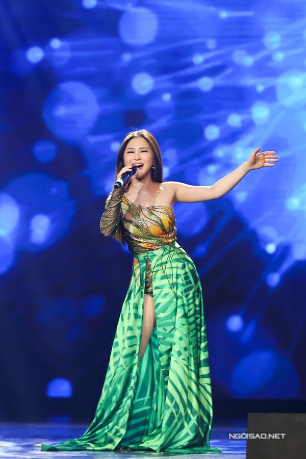 Hương Tràm cũng diện trang phục gợi cảm khi biểu diễn Em gái mưa.