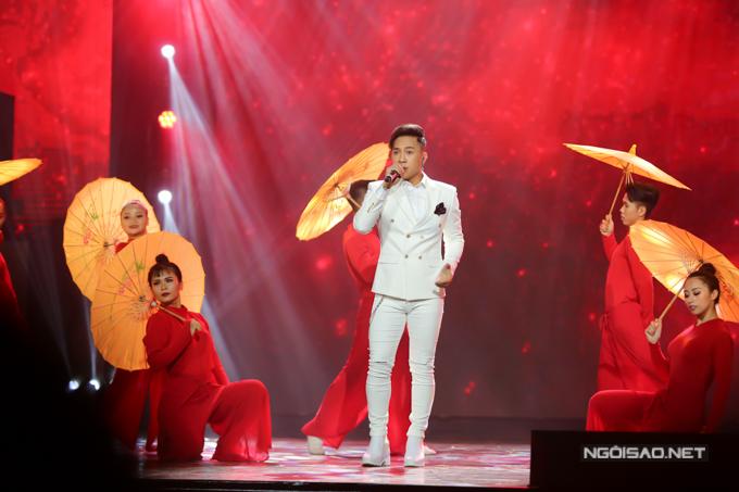 Châu Khải Phong hát Ngắm hoa lệ rơi - ca khúc làm nên tên tuổi của anh hồi đầu năm 2018.