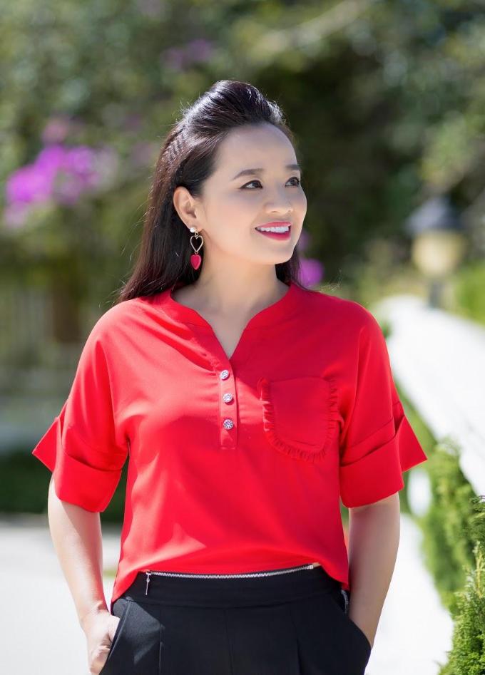 Gam màu nổi bật như cam, hồng, đỏ, xanh... liên tục được ứng dụng cùng những phong cách mới tạo nên vẻ quyến rũ cho người mặc.