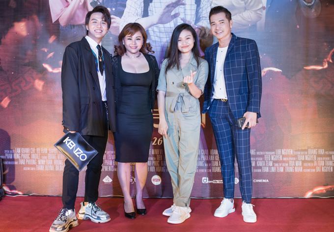 Mẹ con nữ diễn viên chụp ảnh cùng Duy Khánh và nghệ sĩ Quang Minh tại sự kiện ở TP HCM.