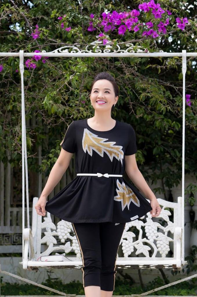 Chị thường ưu tiên các thiết kế của nhãn hàng thuộc thương hiệu thời trang Xuân Ngọc như Miu, BOM, Em.PT.