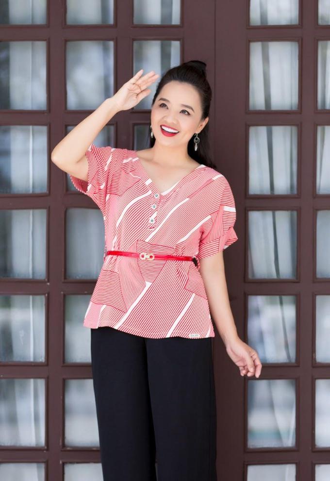 Trên màn ảnh, diễn viên Hoài An thường khoác lên mình những bộ trang phục đứng đắn của lứa tuổi trung niên. Tuy nhiên, ngoài đời, dù đã ngoài 40 tuổi, chị vẫn toát lên nét trẻ trung, rạng ngời.