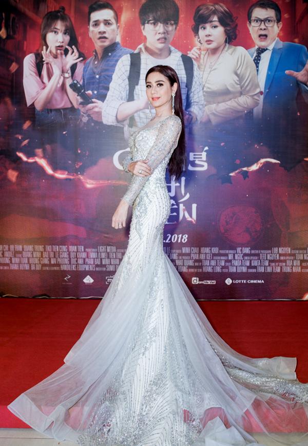 Lâm Khánh Chi gây chú ý khi diện váy dạ hội lộng lẫy, dài quét đất đến chúc mừng đồng nghiệp.