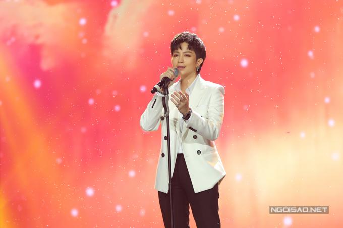 Xuất hiện trong bộ trang phục lịch lãm, Gil Lê lần đầu trình diễn ca khúc mới Người mình yêu chưa chắc đã yêu mình và ghi dấu ấn bằng chất giọng truyền cảm.