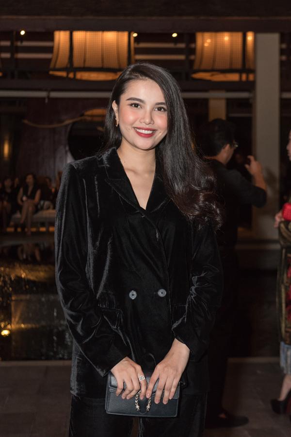 Thời gian gần đây Diệu Thuỳ ít tham gia các hoạt động. Cô tăng cân thấy rõ khi diện bộ suit nhung màu đen.