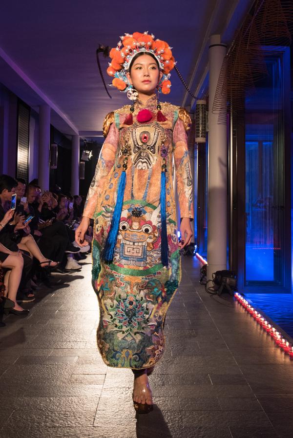 Á hậu Thuý Vân đảm nhận vai trò vedette trong show thời trang Hành trình về phương đông. Cô được giao mặc bộ bộ lấy cảm hứng từ cung đình xưa với hoạ tiết rồng.