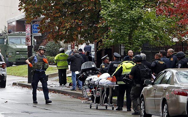 Cảnh sát bao vây phía ngoài giáo đường Tree of Life, trước khi khống chế được tay súng da trắng hôm 27/10. Ảnh: AP.