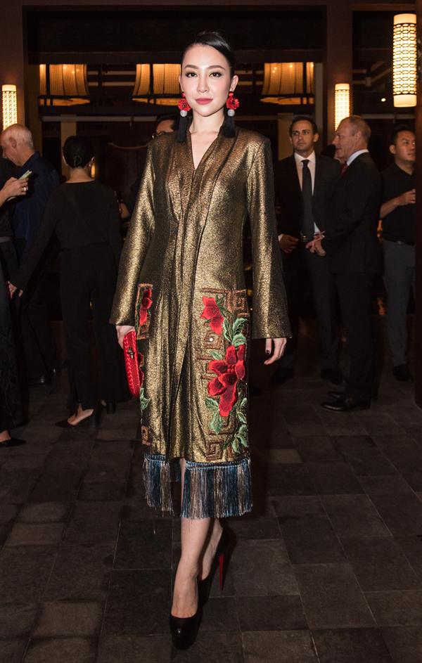 Diễn viên múa Linh Nga diện váy thêu hoạ tiết hoa hồng khi đến xem show thời trang hai nhà thiết kế Thế Huy - Hải Long.