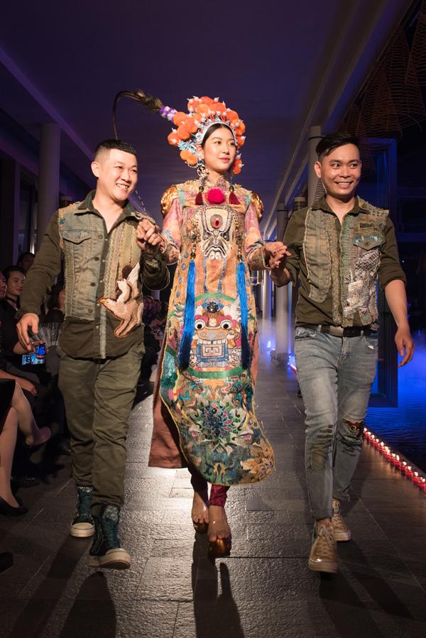 Hai nhà thiết kế Thế Huy - Hải Long dắt tay Thuý Vân ra chào khán giả ở màn kết của chương trình.