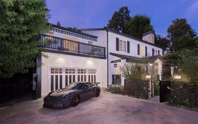Theo giới truyền thông Anh, Jenson Button đang rao bán ngôi biệt thự của anh ở Los Angeles, California. Biệt thự rộng khoảng 450m2 có 4 phòng ngủ và 4 phòng tắm.