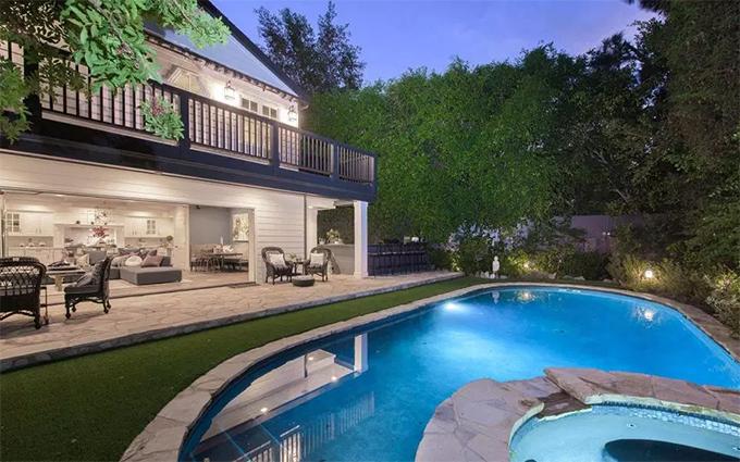Bể bơi ngoài trời.