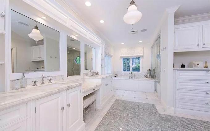Phòng tắm chính rộng rãi, lát đá cẩm thạch trắng sang trọng.