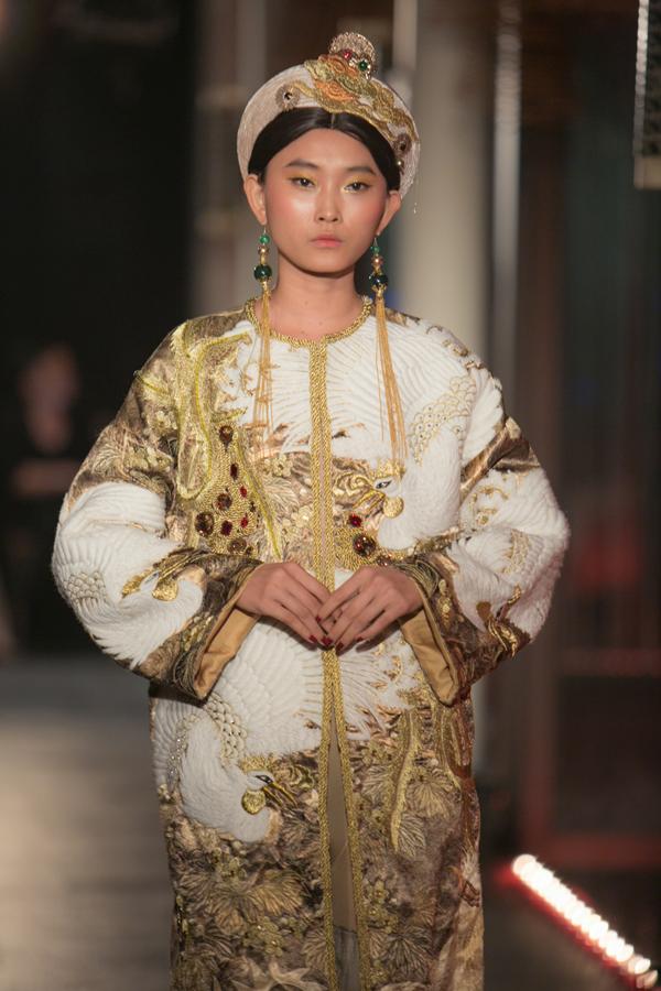 Nghệ thuật Pháp Lam của Huế cũng thể hiện rõ trong bộ sưu tập qua chi tiết trâm cài, đôi guốc và cả kỹ thuật xử lý nhuộm vải theo cách riêng.