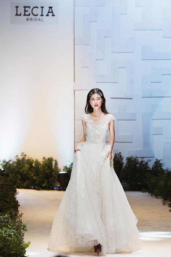 Lecia Glamour là dòng váy mới với phong cách sang trọng, lộng lẫy được thiết kế dành tặng cho những cô gái yêu thích sự quyến rũ, mong muốn phô diễn những đường cong hình thể uyển chuyển và lôi cuốn.