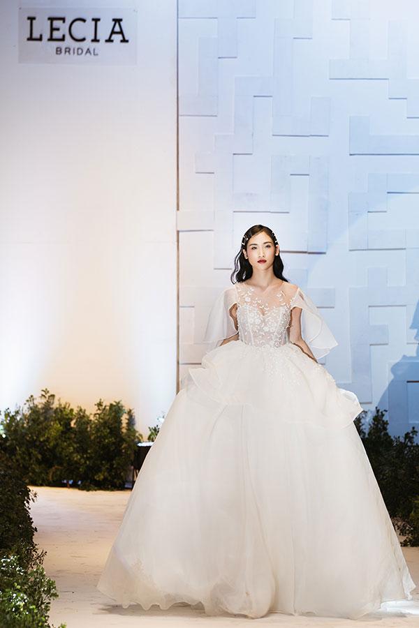 Những chiếc váy được đính các loại cườm và pha lê, mang đến hiệu ứng bắt sáng nổi bật. Phần kết cấu váy corset cũng là một điểm nhấn giúp thiết kế trở nên hiện đại và cá tính hơn cùng kỹ thuật kết đính mới, vượt ra khỏi các lối kết đính truyền thống, luôn là tâm niệm trong quá trình làm sản phẩm của Lecia.