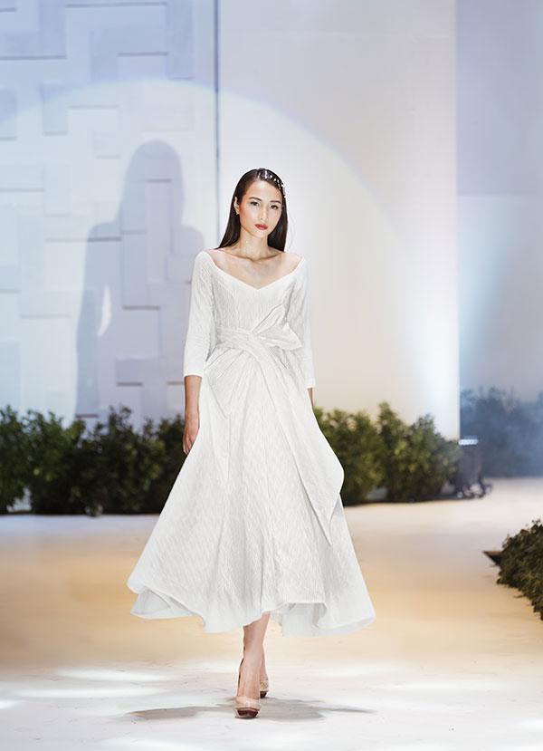 Trong đó, những mẫu váy thuộc dòng sản phẩm Little White Dress được điểm xuyết những cánh hoa ém nở, viên đá trong veo, mang theo sự thuần khiết của các cô gái.