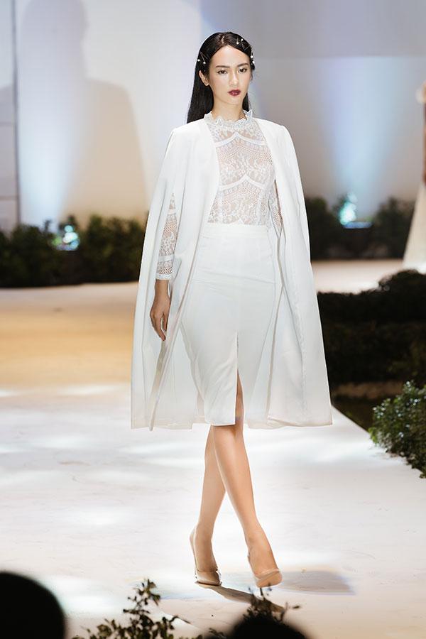 Để tôn lên đường nét cơ thể, các nghệ nhân đã biến hóa vẻ đẹp của cô dâu trong những chiếc váy cưới ngắn bồng bềnh, mang lại sự tươi trẻ của suối nguồn thanh xuân.