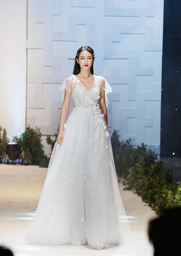 Tối 26/10, Lecia Brial giới thiệu 40 mẫu thiết kế thuộc bộ sưu tập Little White Dres gồm các dòng sản phẩm Little White Dress, Lecia Elegant và Lecia Glamour dành cho mùa cưới cuối năm.