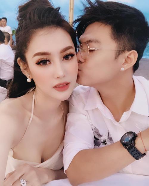 Lâm Vinh Hải tình tứ bên bạn gái Linh Chi.