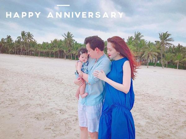 Kỷ niệm 1 năm ngày cưới, Hoa hậu Thu Thảo đăng tải hình ảnh cô cùng ông xã và con gái trên biển.
