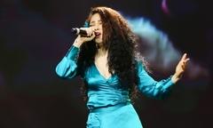 Bảo Anh diện váy nhăn nhúm lên sân khấu