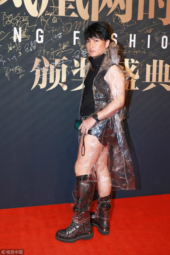 Tháng trước, Trần Chí Bằng đến  Paris Fashion Week với phong cách  đầy nữ tính, anh chủ yếu diện đồ lông thú, áo kết hạt cườm cầu kỳ, chau chuốt. Ngoài việc ra MV nhạc, đi sự kiện thời trang, Chí Bằng vừa góp mặt trong bộ phim điện ảnh Mộng Cảnh Chi Nguyên của đạo diễn Liễu Kha.