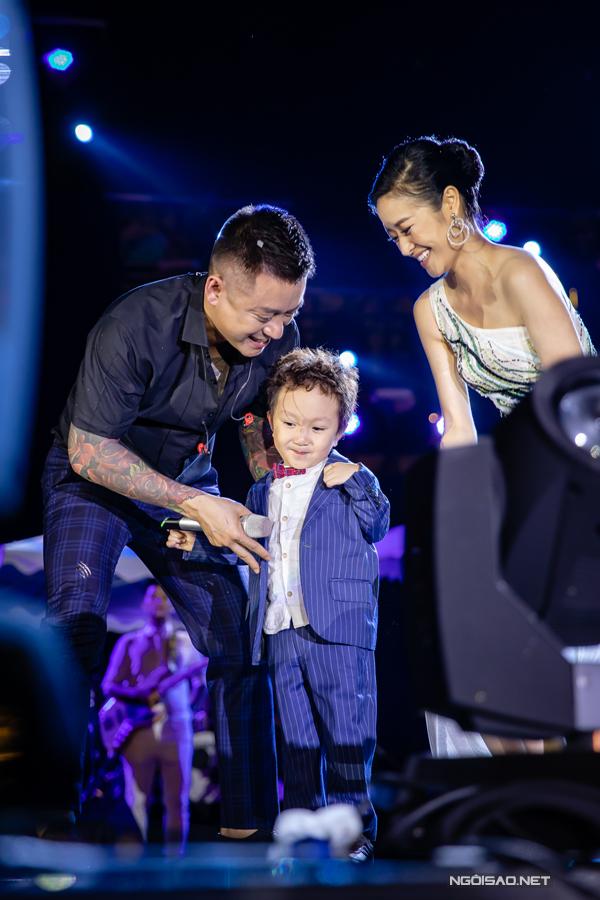 Su Hào đã hơn 3 tuổi, rất đam mê âm nhạc. Chỉ cần nghe bố hát, cậu nhóc có thể ê a hát và nhảy theo.