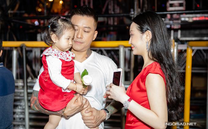 Trước giờ lên sân khấu, cựu thành viên Quả Dưa Hấu dành thời gian bế ẵm con gái Son. Cô nhóc được mẹ cho mặc váy đỏ ton sur ton.