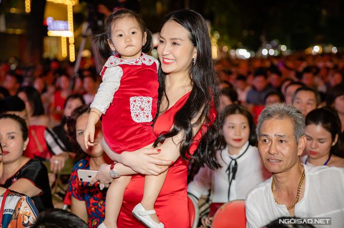 Trong lúc chồng bận rộn chuẩn bị cho chương trình, Thu Hương bế con gái đi chào hỏi bạn bè thân. Bố mẹ cô cũng có mặt trên hàng ghế khán giả để động viên tinh thần cho con rể.