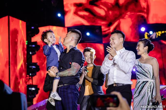 Cuối show diễn, Su Hào được bố bế lên sân khấu để chào khán giả. Cậu nhóc không hề sợ sệt mà thích thú vỗ tay theo tiếng nhạc.