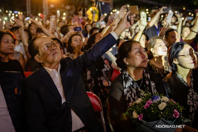 Theo dõi con trai thăng hoa trên sân khấu trong tiếng reo hò của khán giả, bố mẹ anh đã rất xúc động và tự hào.