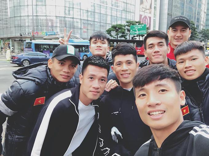 Được xả trại, tuyển thủ Việt Nam đi sắm quà cho bạn gái