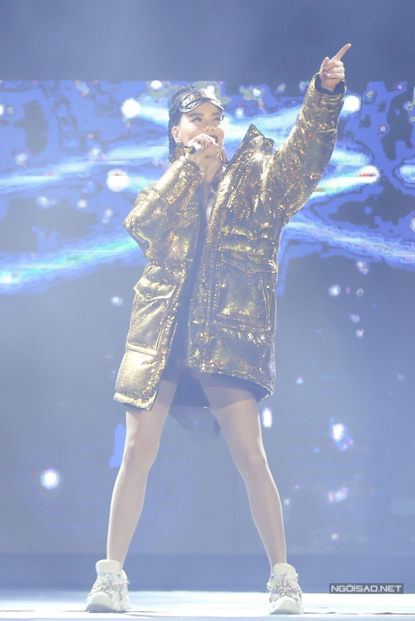 Hồ Ngọc Hàxuất hiện với hình ảnh cá tính trong một lễ hội âm nhạc vào tối 27/10. Cô chọn áo khoác oversize với chất liệu sequins lấp lánh, phụ kiện miếng che mắt vàhoa tai thuộc bộ sưu tập của Moschino và H&M vừađược giới thiệu cách đây 3 ngày,