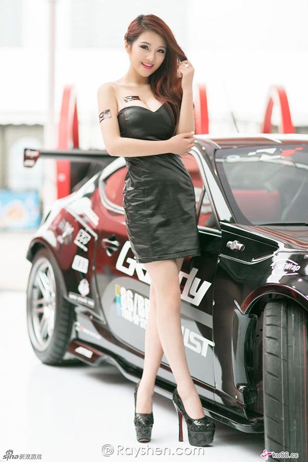 Gu Jing Jing, 27 tuổi, là người mẫu xe hơi nổi tiếng tại Trung Quốc. Mặc dù chỉ có chiều cao chỉ 165 cm,