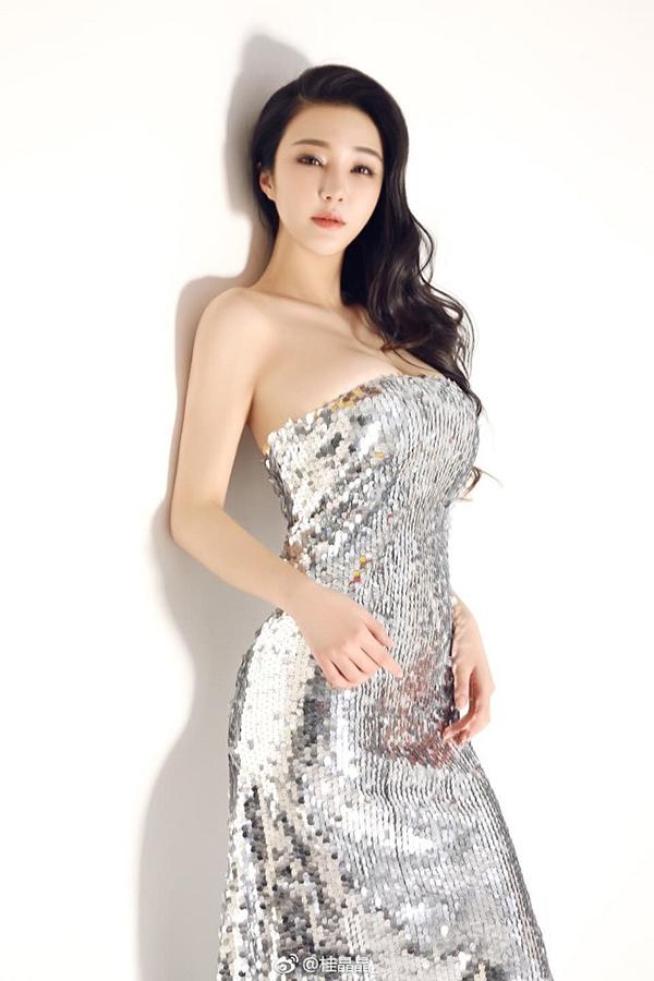 Gu Jing Jing tiết lộ, trước đây vòng một của cô không lớn như vậy. Cô cải thiện kích thước và hình dáng ngực