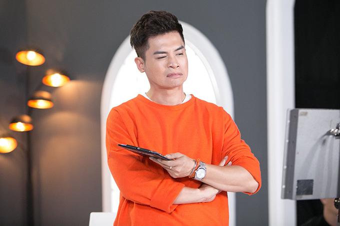 Biểu cảm của Nam Trung khi theo dõi cách thể hiện vũ đạo của các thí trong đội Thanh Hằng. Anh trêu đùa, Nam Em tập dưỡng sinh rất tốt.